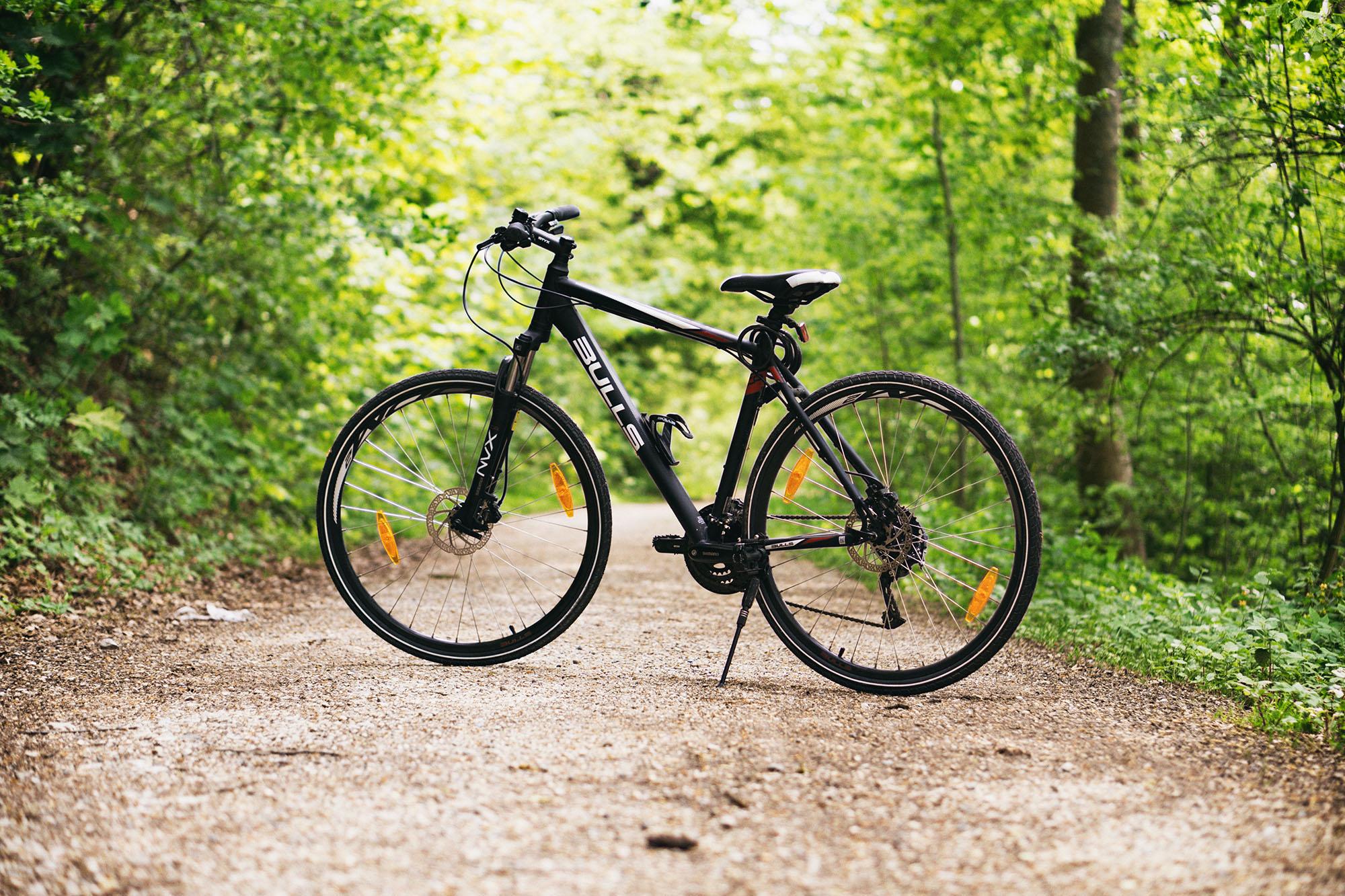Un vélo tout terrain sur un sentier d'Ardèche