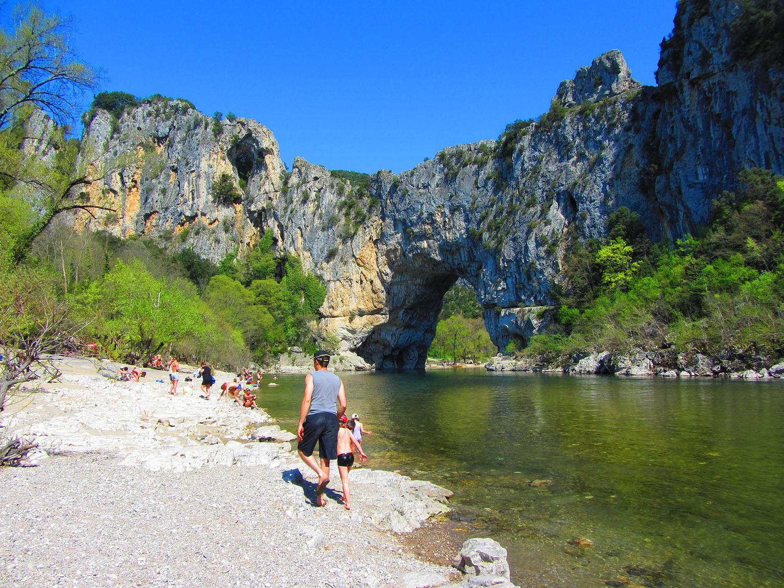 Des personnes qui se baignent dans les gorges de l'Ardèche