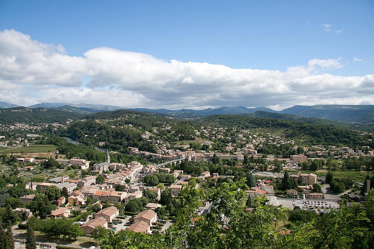 Vue sur Aubenas avec un ciel bleu